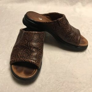 ARIAT LEATHER SLIP ON SANDALS
